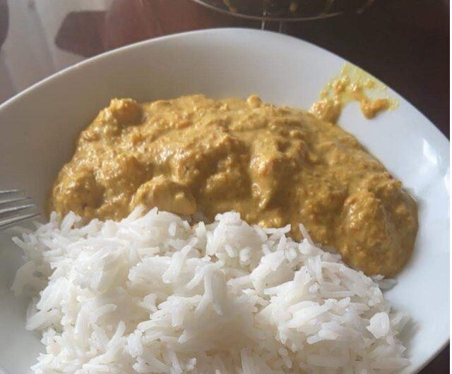 Arroz con pollo al curry con nata