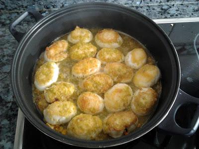 Huevos rellenos con salsa española